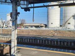 で、つい最近ワンマン運転が開始された水戸線と接続する友部駅に到着。 ここは到着放送の途中で切られると発車放送が鳴らないんですよ(伊東も同様) 「明日があるさ」は0.3くらいだった。