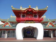 小田急線で1時間ほど、片瀬江ノ島駅へ到着♪ 最近新しくなったんだっけ?前も充分竜宮城っぽかったけど!