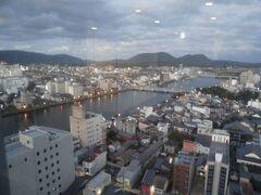 松江市街の真ん中を流れる大橋川。松江城や官公庁は北側に、松江駅や商業地は南側に集まっています。