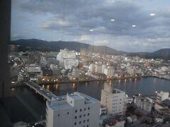 左の橋は松江大橋です。