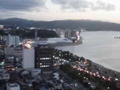 中央にある白い建物は島根県立美術館です。