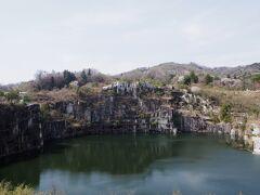 笠間稲荷神社から車で20分程度。 石切山脈へ。 SNSで知って、行ってみたかった場所。 日本一の採石場で、ここで採れた石は国会議事堂や東京駅なんかに使われているそうな。