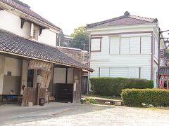 <知多市・岡田> (左)旧竹内虎王商店木綿蔵と(右)知多岡田簡易郵便局
