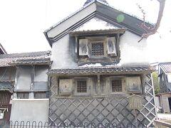 <知多市・岡田> 竹内康裕邸となまこ壁の蔵 1920(大正9)年築。 戦争中、織布工場が軍需工場となり空襲を恐れて外壁を黒く塗りつぶしたそうです。