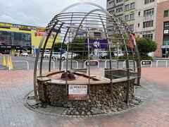 前広場にあるモニュメント「手湯」