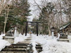 まずは昼前に士別市に着いた。 仕事は午後からなので早速神社へ。 九十九山という山があるようで。