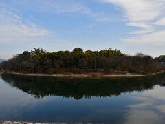 岡山城 旭川から望む後楽園。