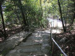 大手門を過ぎた場所でルートが分岐してどちらからでも降りれるようなので行きとは違う道で降りていきます。階段は急ですが行きと違ってサクサクと降りていきます。やっぱどこまで進めばいいのかわかっていると気分的にらくです。