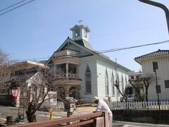 紺屋川美観地区にある高梁基督教会堂。プロテスタントの教会で明治22年に建築され岡山県内最古の教会だそうです。 宮大工による工事で木造建築の教会でした。