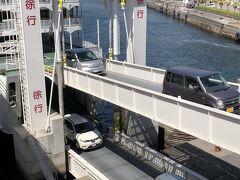 わずか15分で桜島に到着。 フェリーの車両デッキは2階層となっており、船体の前後に乗降口があるので、乗船した方向のままで下船できるような構造になったいた。