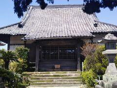 泰平寺の本堂。勅令により708年に創建されたと伝えられている古刹。真言宗。 この寺にまつわる「塩大黒天の昔話」はアニメ番組の題材にもなったという。