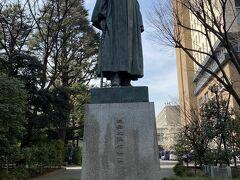 早稲田大学と言えばこの方 早稲田大学創設者で初代総長の 「大隈重信公」の立像 この像は3体造られたようで 作者の朝倉文夫氏の上野のアトリエ兼自宅「朝倉彫塑館」で観ましたが あちらは室内だし、こちらより台座が低いし近くで見るので かなり大きく見えましたが、きっと同じ大きさですよね