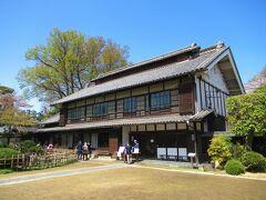 12:03 渋沢栄一の生地:旧渋沢邸「中の家(なかんち)」。 簡単な受付があり、しっかりしたパンフレットも貰えます。