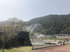 さて、岩国城に向けて歩きましょう。 吉香公園を抜けて行きます。噴水が涼しげです。