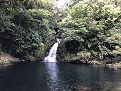 石段を降りていくと現れたマテリアの滝。 案外可愛い滝でした。
