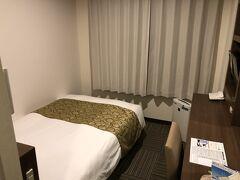 名瀬の中心部に着いた頃には雨は本降りに。  そして、今宵のお宿、ホテルニュー奄美にチェックイン。 JALのダイナミックパッケージで選べる宿で一番安い宿でしたが、部屋は割と普通むしろ居心地が良い部屋でした。
