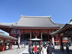 ●浅草寺 本堂  ここ「浅草寺」は東京都内で創建が最も古いお寺とされ、その始まりは飛鳥時代の628年に遡るといわれており、東京都内で唯一の坂東三十三箇所観音霊場の札所(13番)になっています。  境内の東側から入ったため、すぐに「本堂(観音堂)」の前へ出たので、さっそく御本尊の聖観世音菩薩のもとへ。