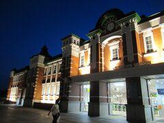 18:27 夜の駅舎