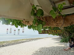 まずは星の砂浜で有名なカイジ浜へ。 道路にも案内の矢印あるし、駐輪場も分かりやすくていい(^^)b
