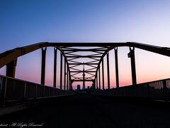東四ツ木避難橋とスカイツリーと夕焼け