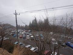 6時に自宅を出発、順調に8時半に三峯神社駐車場に着きました。 それでも駐車場は結構、車いますね。 混むときは一本道の山道が渋滞しちゃって駐車場待ちになるみたいです。 小雨ちらつくお天気でした。