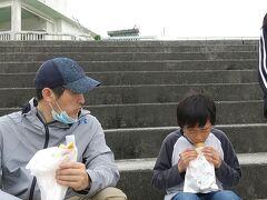 近くの海岸で海を見ながら食べました。 当日は寒の戻りで沖縄でも最高気温18度と冷え込んでいましたが 地元の子供たちは海に飛び込んでいました。