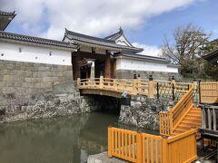 駿府城公園 高麗門と東御門橋  祭り中は堀の遊覧船が運行しています