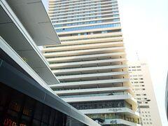 楽しみにしていた「メズム東京オートグラフコレクションホテル」のステイ♪ マリオットのプラチャレも無事に済み、2023年1月までプラチナ会員資格があるので 期限までマリオットボンヴォイのホテルに泊まりまくってお得なステイを満喫しようと思っている今日この頃ですが。。 今回はSPGアメックスカードの更新特典での無料宿泊なので。。 いつもより更にほとんどお金払ってな~い(笑) (バーでカクテル飲んだ分と朝食をグレードアップした分は払いましたけど)  プラチナ会員としてクラブメズムも利用できちゃったしお部屋のアプグレもしていただいちゃったし・・「ほんとスミマセンこんなに楽しませてもらっちゃって~」といったカンジでしたw  写真はホテルがあるビルの全景です。 JR浜松町駅から徒歩5分ほどで到着しました。 ホテルは16階から上で、下にはアトレ竹芝(タワー棟)やオフィスなどがあります。  写真左に少し写っている建物もアトレ竹芝なのですが、こちらはシアター棟となっていて劇団四季の劇場などがあります。 アトレ竹芝公式:https://atre-takeshiba.jp/