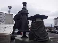 その「上野市駅」前になぜか「鉄郎とメーテルの銅像」がありました。コロナ禍からか二体ともマスクをしていました。