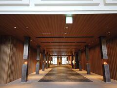 <グランドプリンスホテル高輪>  グランドプリンスホテル高輪に入ってみました。 通路だけでこの広さ。