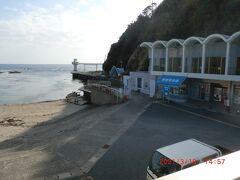 勝浦海中展望塔:ここで入場券を買い、海沿いに歩いて行きました