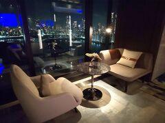 20時ごろ、16階のバー「Whisk」に行きました。 夜景を眺められる窓際のお席♪ https://www.mesm.jp/restaurant/whisk.html