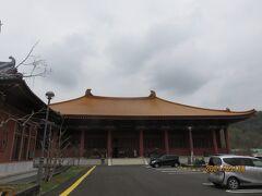 秩父ミューズパークを抜けて、県道209号から国道299号を経て小鹿野町両神へ向かいました。薄方面へ暫く進むと国民宿舎両神荘の手前に突然中国式寺院の大きな建築物が。