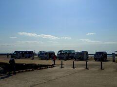 竹富港  15分ほどで竹富島に到着。 船に乗る前にホテルに連絡したので、港で荷物だけを預けて先にホテルに運んでもらう。私たちは身軽になって水牛車観光に参加するため、迎えに来ていた竹富観光のバスに乗り込んだ。