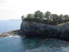 一路、佐賀県の呼子へ。  七ツ釜は、荒波に崖が侵食されて できた洞窟があります。