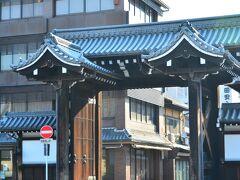 バスでやって来たのは西本願寺。 西本願寺の総門は境内の事実上の正門と思われる御影堂門の真東側に堀川通を隔てて建てられている。 この総門の東側の通りは仏壇屋が軒を連ねる門前町だが、この先は境内?って間違えそうだよね(笑)