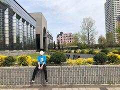 福岡市博物館前で