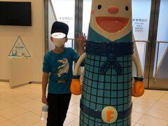 福岡タワーのマスコットキャラクター「フータ」と記念撮影