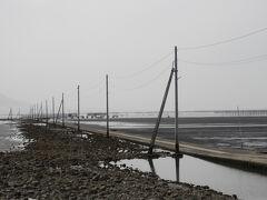 長部田海床路  満潮時は電柱のみとなります