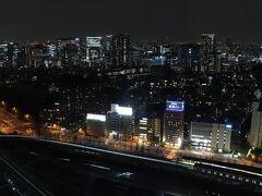 3006号室からの夜景。 この面の客室は品川駅を右手に、御殿山、大崎方面を望む。 列車の走行音が気になる方は、反対側の客室をリクエストするのがお勧め。