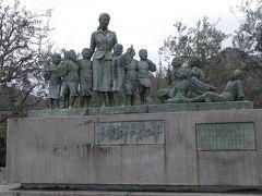 28日 土庄港のバスターミナルにある平和の群像