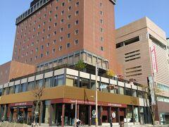 前回の金沢旅行で泊まったホテルニューグランドは,1階が観光案内所になっていました。この道を入って、こんどは武家屋敷跡へ向かいますよ~