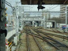 筑紫駅を通過。 このすぐ先で、ローカル線と化している筑豊本線の末端区間とクロスしている。