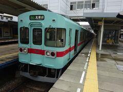 西鉄二日市駅は、太宰府に向かう支線が分岐している。 今度の太宰府行きは、西鉄福岡始発の電車。すでに到着して出発を待っていた。