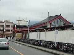 太宰府駅舎の裏側。駅前にはロータリーがあるが、このバスはそこには入らないで道沿いのバス停に停まる。 駅周辺は、コロナといえどそれなりに人出があった。