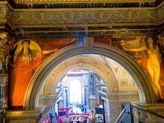 クリムトが担当した11枚の壁画は古代エジプト、ギリシャ、ローマ、ルネサンスに至る美術の歴史をテーマにして描きました。担当した壁画で特に美しいのが、中央に描かれている古代ギリシャの「パラスアテネ」と古代エジプトの「エジプトの裸像」です。