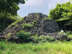 『プズマリ』。  琉球石灰岩を積み重ねた丸い小山です。