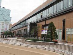満足して駅前を歩きます。仙台駅の西口から出て、まずは奥さんの行ってみたい場所へ
