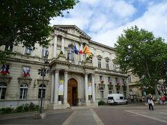 そのまま歩いていくとアヴィニョンの市庁舎に辿り着いた。トリコロールの国旗が掲げられている。