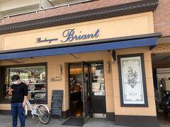 神社のすぐ脇にあったパン屋「ブリアン」さん。こちらでランチのパンを購入。京都は本当にパン屋さんが沢山あり、そしてどこも美味しい。わたしのようなパン好きにはパラダイスです。 こちらもお惣菜系からデザート系までどれも美味!!北山に本店がある人気店でした。
